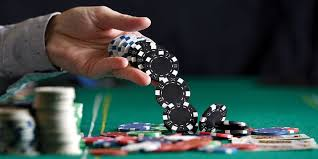 How Does Online Gambling Attract Visitors To The Internet?